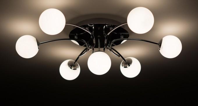 Jak dzięki oświetleniu powiększyć mały salon?