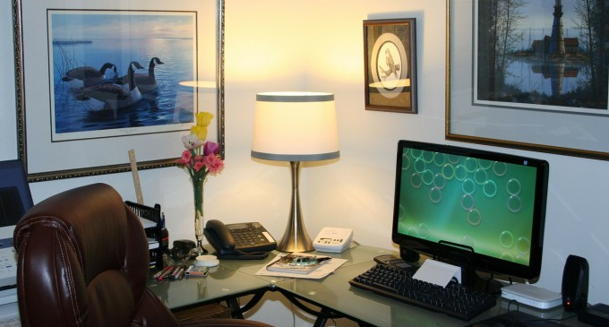 Jak zaaranżować miejsce do pracy w pokoju dziennym?